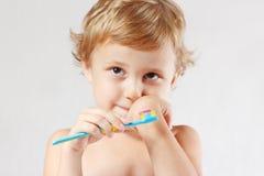 Kleiner netter blonder Junge mit Zahnbürste Lizenzfreie Stockfotografie
