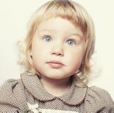 Kleiner netter blonder Mädchenabschluß oben lokalisiert auf Weiß Lizenzfreie Stockbilder