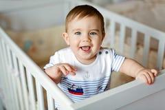 Kleiner netter entzückender kleiner blonder Junge in einem gestreiften bodykit ist herein Lizenzfreies Stockbild
