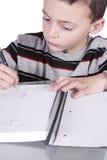 Kleiner netter Junge, der seine Schreibens-Fähigkeiten übt Lizenzfreie Stockfotografie