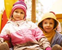 Kleiner netter Junge und Mädchen, die draußen, Bruder spielt Lizenzfreie Stockfotos