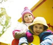 Kleiner netter Junge und Mädchen, die draußen, entzückende Freundschaft spielt stockfotografie