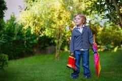 Kleiner netter Kleinkindjunge mit buntem Regenschirm und Stiefeln, outdoo Lizenzfreie Stockfotos
