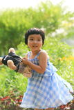 Kleiner netter Mädchenholding-Teddybär Lizenzfreies Stockbild