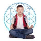Kleiner netter meditierender Junge Lizenzfreie Stockfotos
