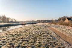 Kleiner niederländischer Fluss in der Winterzeit Stockbild