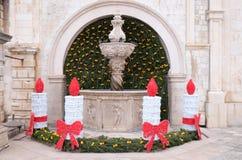 Kleiner Onofrio Fountain verziert mit Einführungskränzen und -kerzen in Dubrovnik stockbilder
