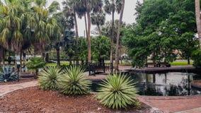 Kleiner Park mit Wasser-Brunnen Stockfoto