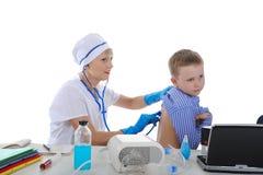 Kleiner Patient an einer Aufnahme am Doktor. Stockfotografie