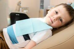 Kleiner Patient am Zahnarzt Checking die Z?hne am Kind lizenzfreie stockfotografie