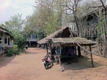 Kleiner Pavillon des thailändischen Einheimischen unter dem Baum von Bouganvilla flo lizenzfreies stockbild