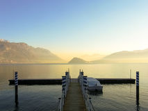 Kleiner Pier auf dem See von Como stockfotos