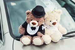 Kleiner Plüsch betrifft eine Hochzeit Dekoration auf der Autohaube Stockfotografie