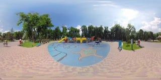 Kleiner Planetenkind-` s Spielplatz im Park stock footage