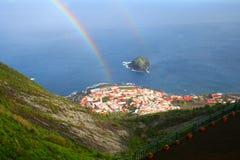 Kleiner Regenbogen über Dorfpanorama in Teneriffa, Kanarische Inseln Stockfotos