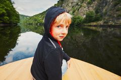 Kleiner Reisender auf dem Boot Stockbild