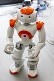 Kleiner Roboter mit menschlichem Gesicht und Körper ai Stockfoto