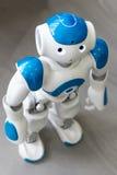 Kleiner Roboter mit menschlichem Gesicht und Körper ai Stockfotos