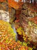 Kleiner romantischer Brehynska-prurva Abgrund in Macha-` s Land in der herbstlichen tschechischen Natur Stockbilder
