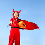 Kleiner roter Teufel, der mit Trident steht Lizenzfreie Stockfotos