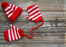 Kleiner roter und weißer abgestreifter Hut mit Handschuhen lizenzfreies stockbild
