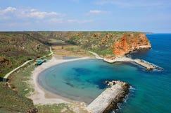 Kleiner ruhiger Strand auf bulgarischer Schwarzmeerküste Stockfotografie