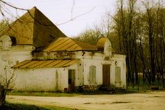 Kleiner ruinierter Ziegelsteinshop in der russischen Provinz lizenzfreies stockbild