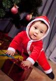 Kleiner Sankt-Junge mit Geschenkboxen. lizenzfreie stockfotografie