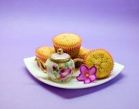 Kleiner Satz mit Zitronenmohnblumenmuffins auf Platte Lizenzfreie Stockfotos