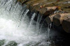 Kleiner sauberer Wasserfall in den Bergen Lizenzfreies Stockbild