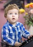 Kleiner schöner Junge, der ein Kabel in einen Sprecher verlegt Stockfotos