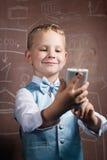 Kleiner Schüler macht ein selfie, Stockbilder