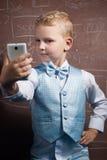 Kleiner Schüler macht ein selfie, Stockfoto