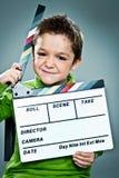 Kleiner Schauspieler mit einem Schiefer in seinem Kopf Stockfotos