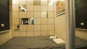 Kleiner Schlafzimmerinnenraum stockfoto