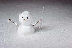 Kleiner Schneemann mit Eiszapfen Lizenzfreies Stockfoto