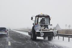 Kleiner Schneepflug mit den Bürsten, die Schnee entfernen Lizenzfreies Stockfoto