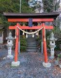 Kleiner Schrein an unten von Chureito-Tempel in Kawaguchi, Japan Lizenzfreies Stockfoto