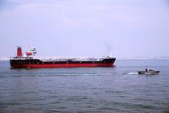 Kleiner schwarzer Tanker im Singapur-Anchorage. Stockbild