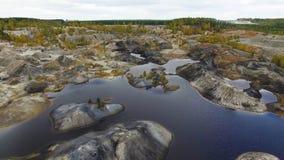 Kleiner See, Draufsicht gesamtlänge Ein kleiner See in einem Berggebiet Panoramablick über den felsiger Gebirgsoberteilen herum Stockfotos