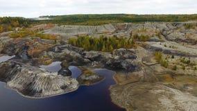 Kleiner See, Draufsicht gesamtlänge Ein kleiner See in einem Berggebiet Panoramablick über den felsiger Gebirgsoberteilen herum Lizenzfreies Stockfoto