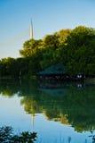Kleiner See mit einer hölzernen Kabine, Ada-Kabelbrücke in einem Hintergrund, Belgrad Lizenzfreies Stockfoto