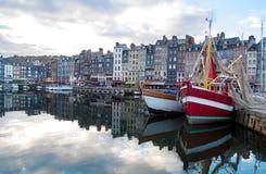 Kleiner Seehafen mit schönen Yachten Stockfotografie