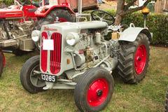 Kleiner silberner Hurlimann-Traktor Stockfotos