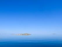 Kleiner Skerry sehr im ruhigen See Lizenzfreies Stockbild