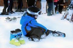 Kleiner Skifahrer auf einem Rest Stockfoto