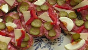 Kleiner Snäcke Canape mit Salami, Käse und Essiggurke stock footage