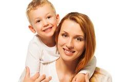Kleiner Sohn umarmt Mutter Stockbilder