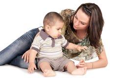 Kleiner Sohn und seine recht junge Mutter Stockfoto