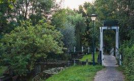 Kleiner Steg über dem Kanal Stockfotografie